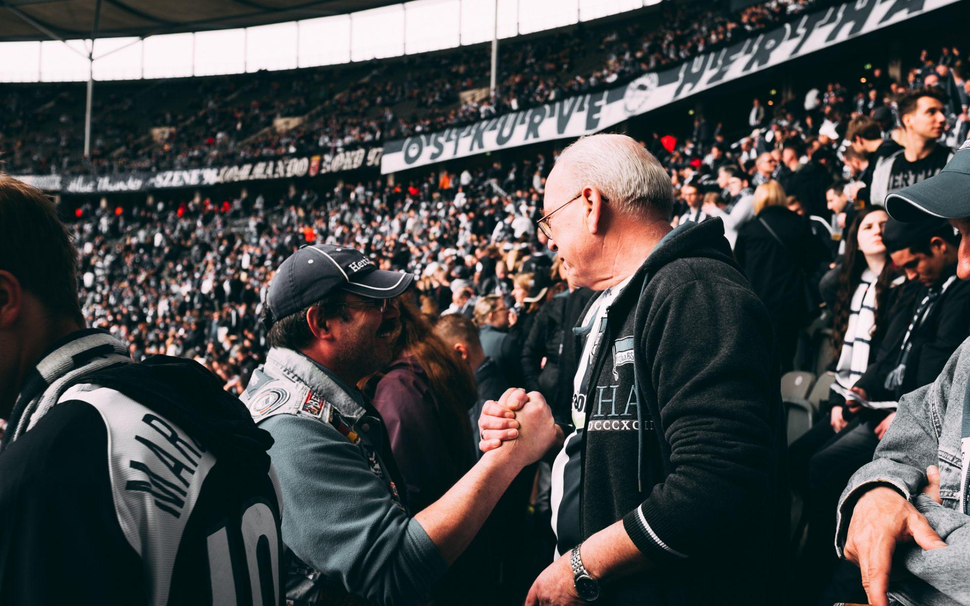 """Tag 277 - Freundschaft // """"Solange wir zusammen in der Kurve stehen, die Lieder singen, die Fahnen weh'n! Solange wird die alte Dame, nie untergehen, weil wir zu ihr stehen!"""" Hertha BSC Fangesänge"""