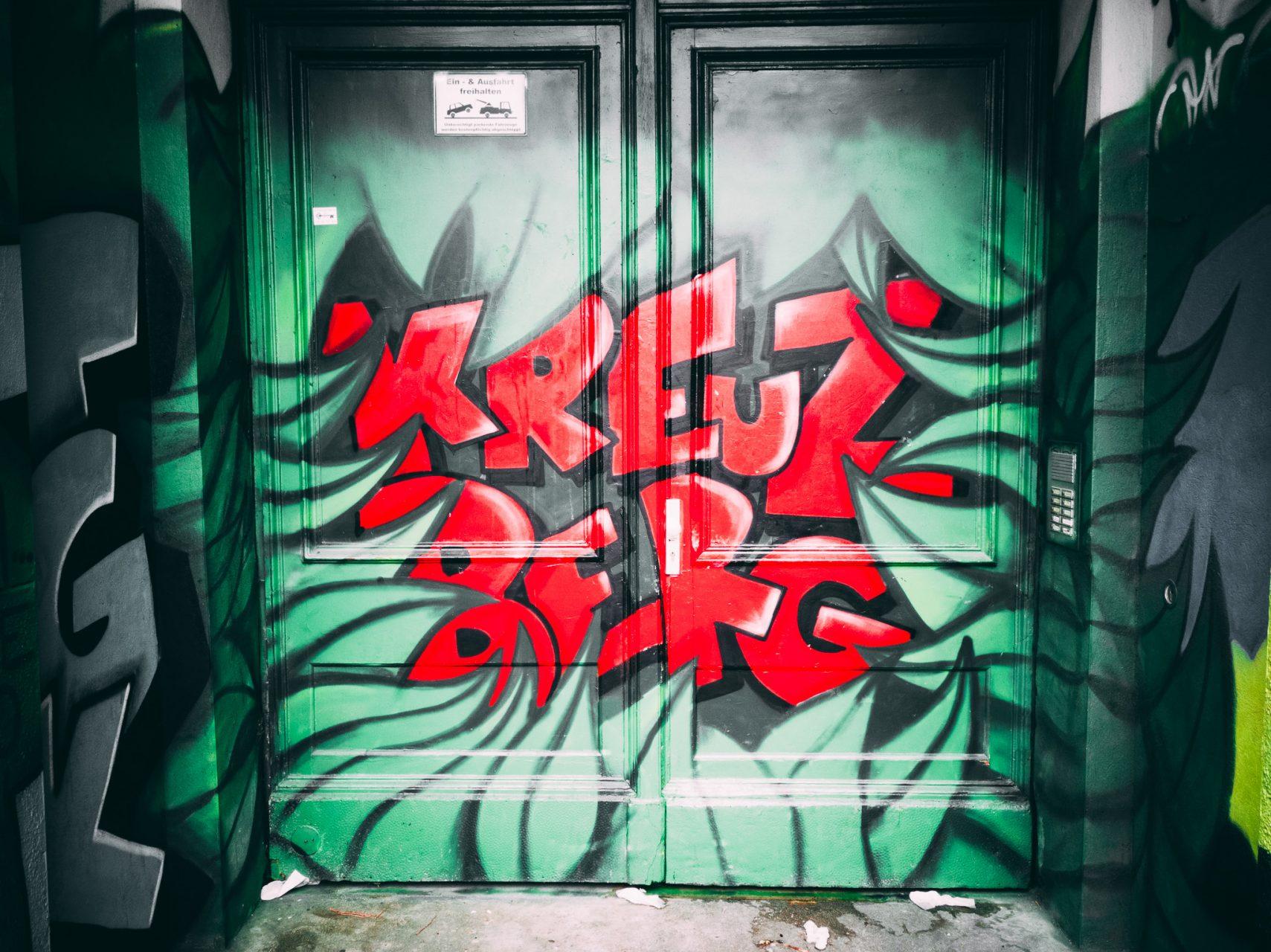 """Tag 307 - Kreuzberg // """"Wer für die Revolution nur betet, kann auch unterm Apfelbaum auf Obstler warten."""" - Szenespruch Kreuzberg"""