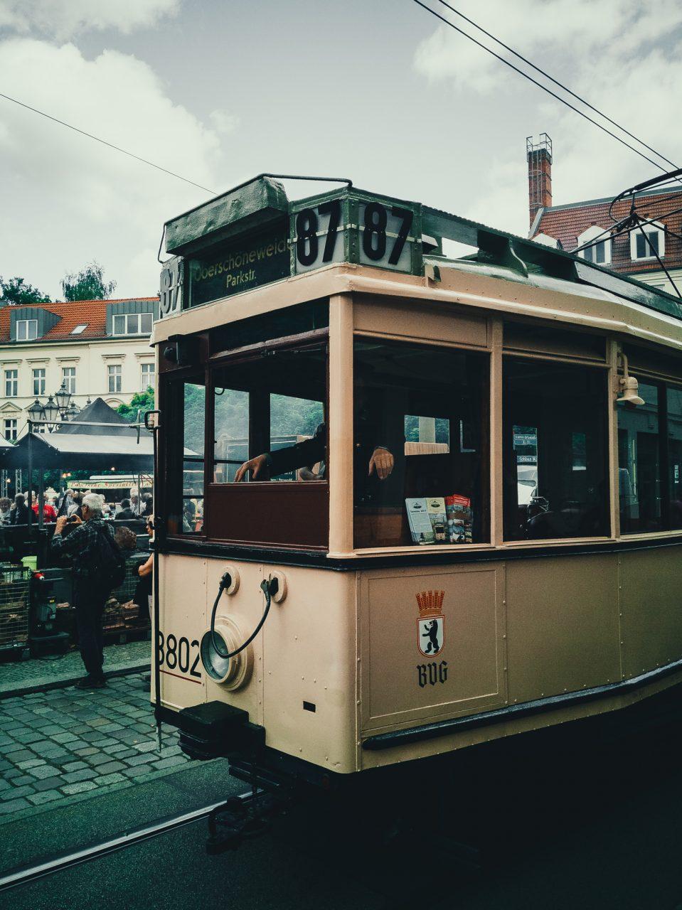 """Tag 321 - Straßenbahn // """"Einer Straßenbahn und einer Aktie darf man nie nachlaufen. Nur Geduld: Die nächste kommt mit Sicherheit."""" - Andre Kostolany"""