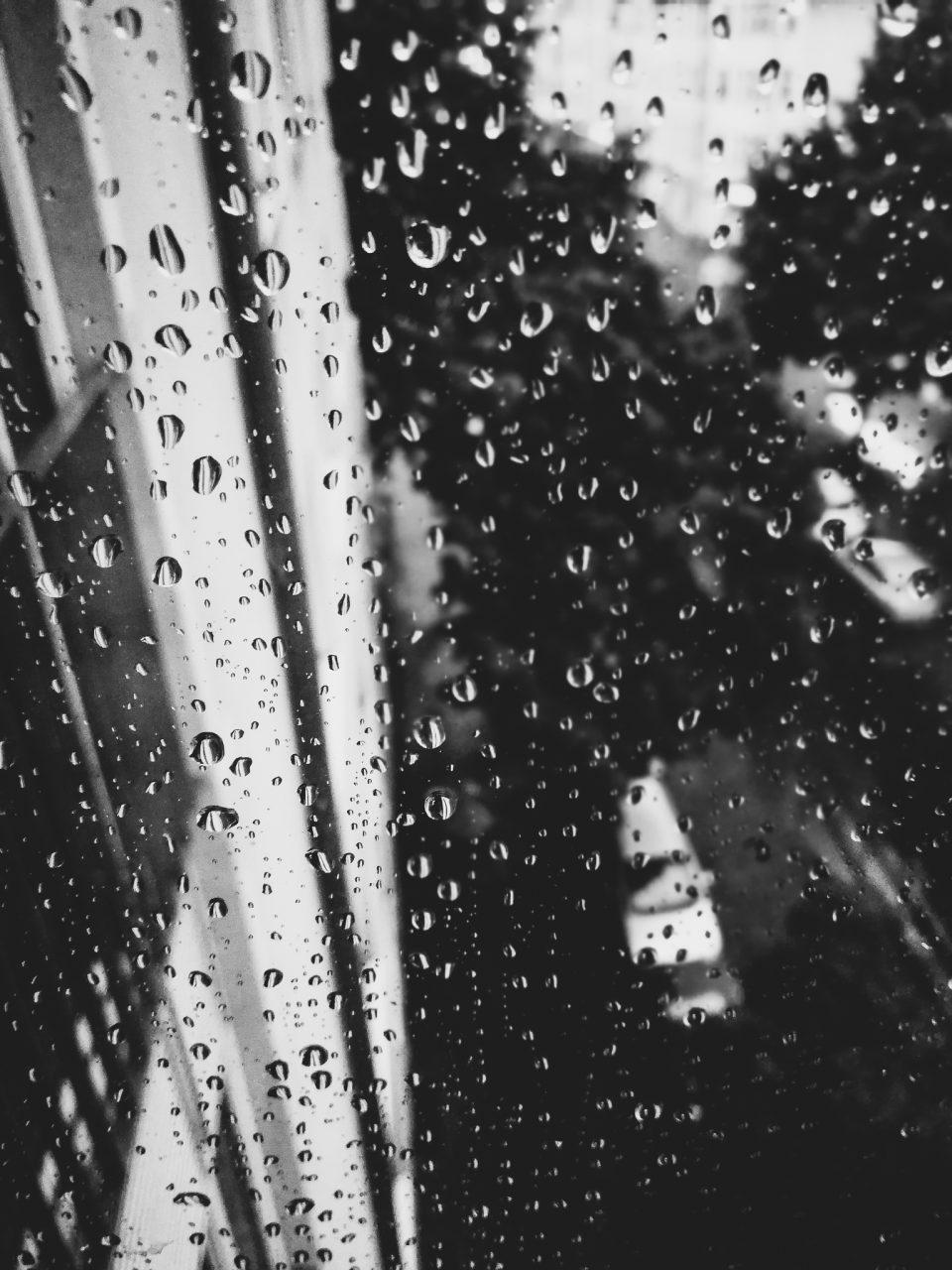 """Tag 332 - Regentropfen // """"Betrachte auch Regentropfen mit dem Herzen,denn dadurch entdeckst du in jedem einzelnen einen kleinen Regenbogen"""" - Melanie Heghmans"""